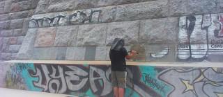 Odstranění graffiti z památkníku v Praze